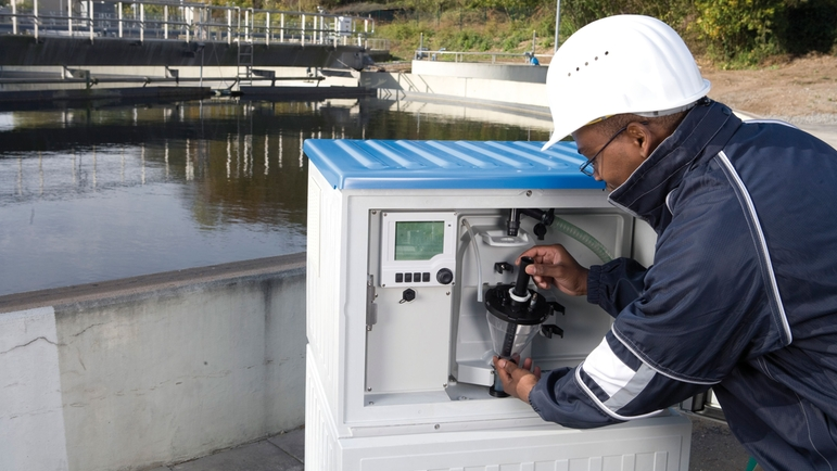 Automatic water sampling in a wastewater treatment plant with the Liquistation CSF48 sampler.